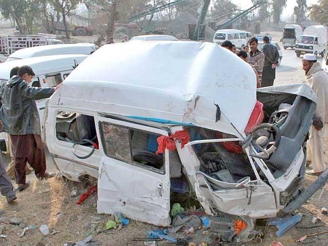 حادثے میں جاں بحق ہونے والے افراد کی نعشوں اور زخمیوں کو گاڑیوں سے نکال کر قریبی اسپتال منتقل کردیا گیا، ریسکیو۔ فوٹو:فائل