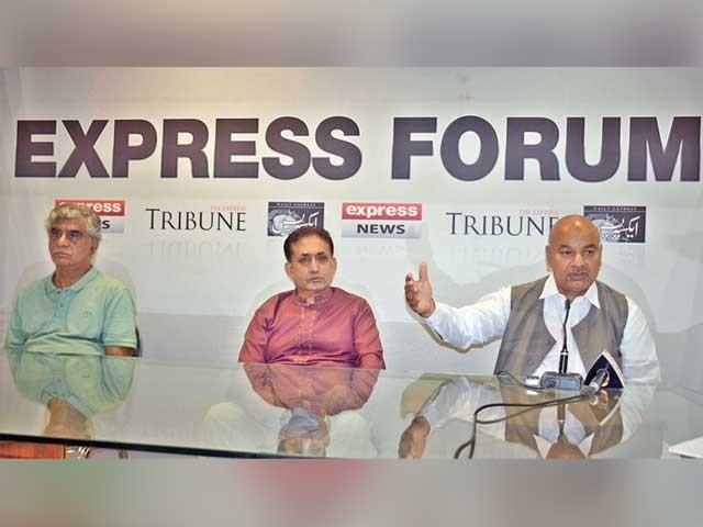 فورم میں دیوان غلام محی الدین، بریگیڈیئر (ر) غضنفر علی، ڈاکٹر اعجاز بٹ شریک گفتگو ہیں ۔  فوٹو : ایکسپریس