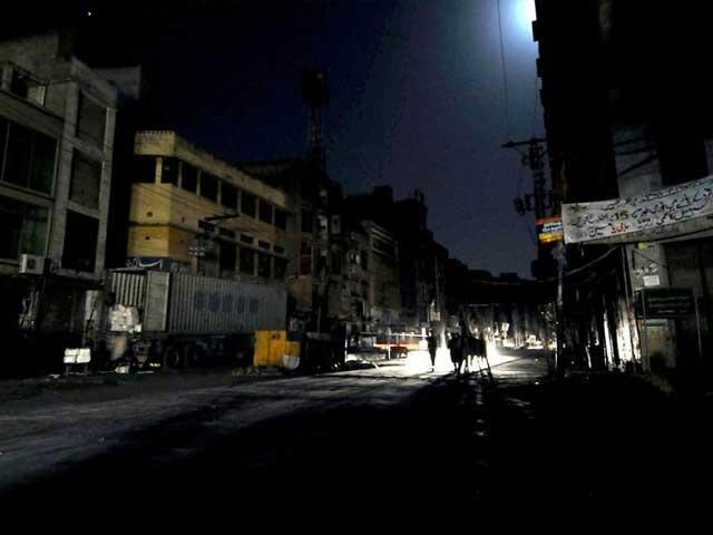 بجلی کی عدم فراہمی کے باعث پانی کی قلت کا بھی سامنہ کرنا پڑ رہا ہے، شہری۔ فوٹو: فائل