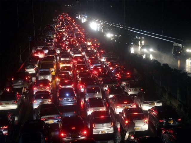 کراچی اور حیدر آباد میں آئندہ 2 روز کے دوران 100 ملی میٹر تک بارش ہوسکتی ہے فوٹو: آن لائن