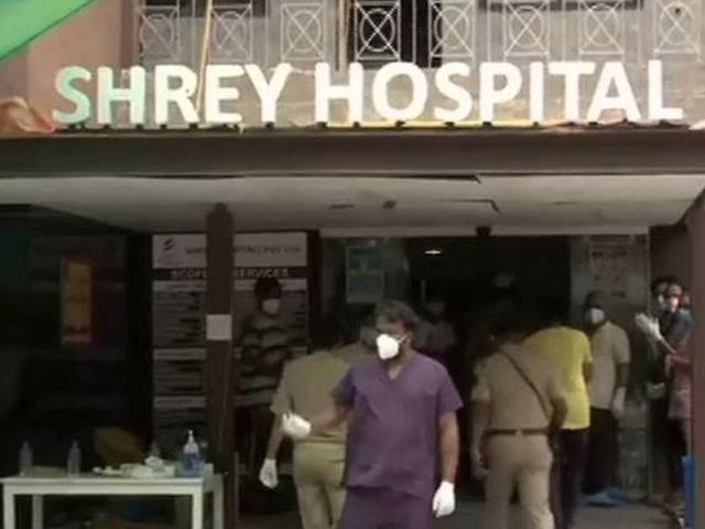 آتشزدگی کا واقعہ بھارتی ریاست گجرات کے ایک نجی اسپتال میں ہوا۔ (فوٹو، اسکرین شاٹ)