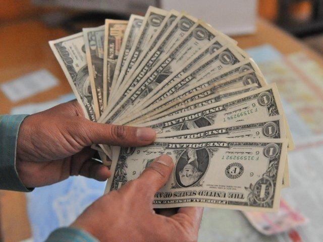 انٹربینک مارکیٹ میں ڈالر 9 پیسے اوراوپن کرنسی مارکیٹ میں ڈالر کی قدر 20 پیسے کم ہوئی۔ فوٹو:فائل