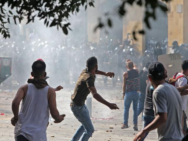 گزشتہ ہفتے بیروت میں ہونے والے قیامت خیز دھماکے کے بعد لبنان میں مظاہرے بھوٹ پڑے تھے (فوٹو، اے ایف پی)