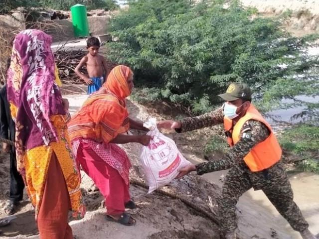 پاک بحریہ نے 400 سے زائد خاندانوں کو امدادی سامان اور راشن بھی فراہم کیا۔(فوٹو، ریلیز)
