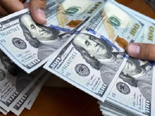 انٹر بینک مین ڈالر کی قیمت 12 پیسے اور اوپن کرنسی مارکیٹ میں 30 پیسے کی کمی ہوئی۔ فوٹو: فائل
