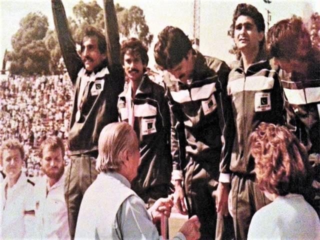 گیارہ گست 1984ء کو گرین شرٹس نے منظور جونیئر کی قیادت میں مغربی جرمنی شکست دے کر تیسری بار سونے کا تمغہ جیتا تھا (فوٹو : فائل)