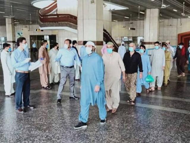 امارات جانے والے سیکڑوں مسافر پشاور اور اسلام آباد ایئرپورٹس پر پھنس گئے