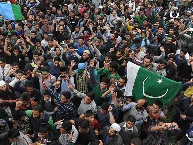 پاکستان سے اظہار محبت کے لیے سری نگر اور دیگر علاقوں میں سبز ہلالی پرچم لہرادیے گئے فوٹو:فائل