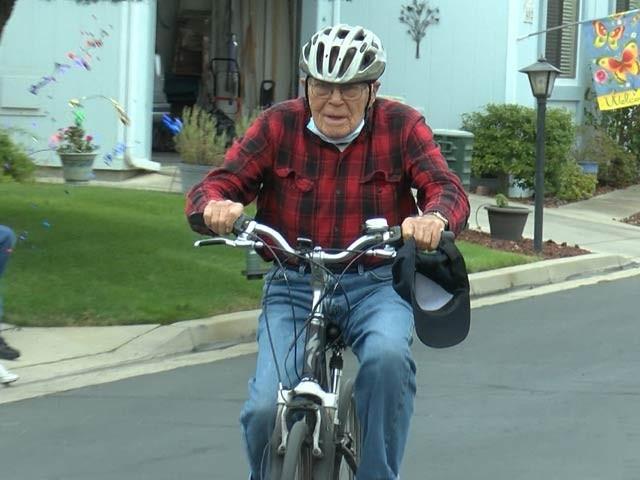 95 سالہ باب چند روز قبل سائیکل پر ایک لاکھ میل کا سفر طے کرچکے ہیں۔ فوٹو: یو پی آئی