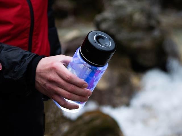 شفاف بوتل جو الٹراوائلٹ شعاع سے پانی کو ایک منٹ میں جراثیم سے پاک کرسکتی ہے۔ فوٹو: کک اسٹارٹر ویب سائٹ