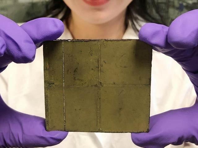 کیمبرج یونیورسٹی کے ماہرین نے ایک ہی وقت میں دھوپ اور کاربن ڈائی آکسائیڈ سےآکسیجن اور ایندھن بنانے والا نظام تیارکرلیا۔ فوٹو: کیمبرج یونیورسٹی
