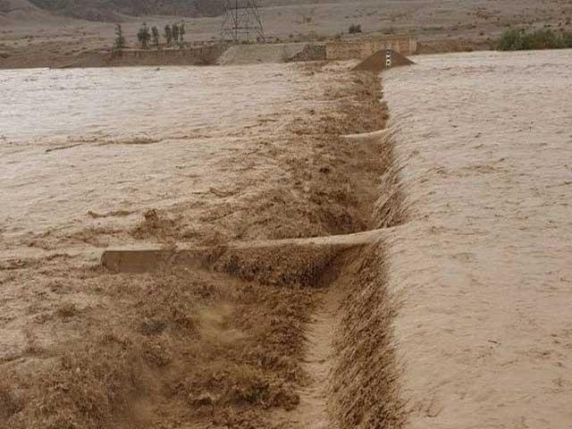 سیلابی ریلوں کے باعث کئی مقامات پر رابطہ سڑکیں بند ہوگئیں ۔ فوٹو : فائل