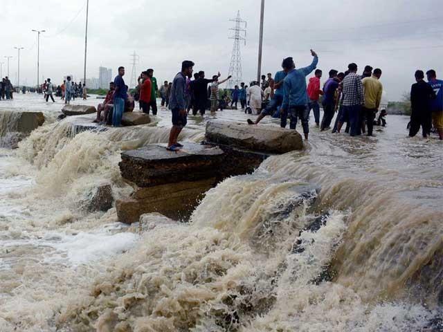 مون سون کی طوفانی بارشوں کے باعث کراچی سمیت صوبے بھر میں کاروبار زندگی معطل ہوچکا ہے(فوٹو،فائل)