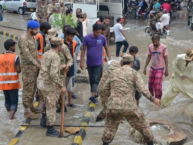 کے الیکٹرک کے گرڈ اسٹیشن کے علاوہ 9 علاقوں سے پانی نکالا اور ملیر ندی کے شگاف کو پُر کیا، آئی ایس پی آر ( فوٹو : فائل)