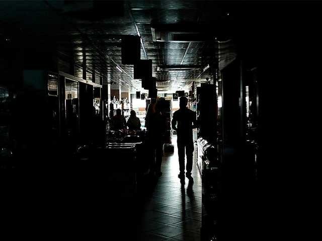 بجلی کے طویل تعطل سے شہر کے پوش علاقے بھی محفوظ نہ رہ سکے . فوٹو : فائل