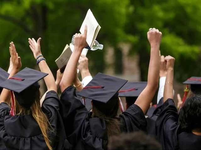 پاکستانی جامعات میں 800 انڈر گریجویٹ، 150 ماسٹرز اور 50 پی ایچ ڈی کی تعلیم حاصل کرسکیں گے، ایچ ای سی۔ فوٹو:فائل