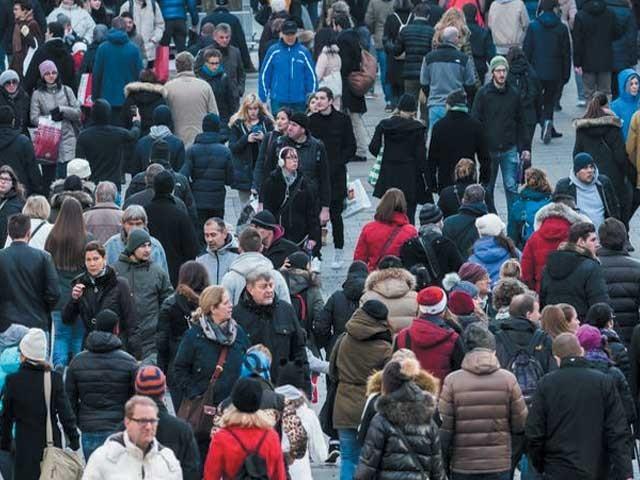 کئی ماہرین کے مطابق رواں صدی کے آخر یعنی سن 2100ء تک دنیا کے ہر ملک کی آبادی کم ہونا شروع ہو چکی ہو گی۔فوٹو : فائل