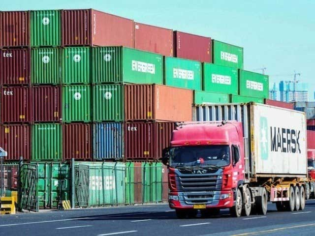 اگست 2019ء کے مقابلے میں اگست 2020ء کی برآمدات 19.5 فیصد کم رہیں، مشیر تجارت عبد الرزاق داؤد (فوٹو : فائل)
