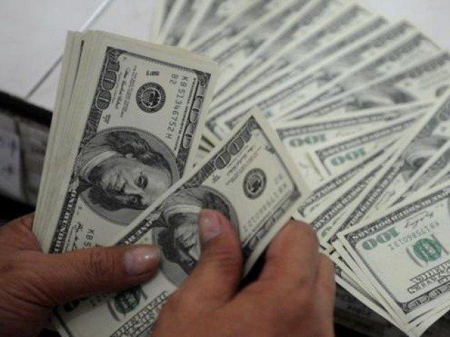 انٹربینک مارکیٹ میں ڈالر کی قدر 43 پیسے کے اضافے سے 166 روپے 3 پیسے پر بند ہوئ۔ فوٹو: فائل