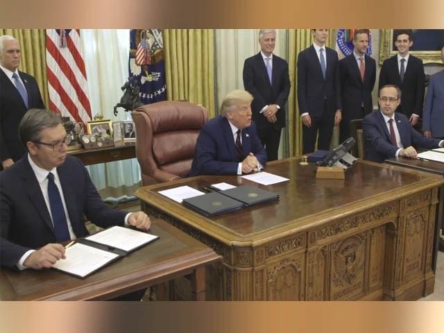 کوسوو/سربیا کے سربراہ اور اسرائیل حکام وائٹ ہاؤس میں موجود ہیں، ٹرمپ دونوں ممالک کے درمیان سفارتی تعلقات کا اعلان کرتے ہوئے (فوٹو : امریکی سوشل میڈیا)