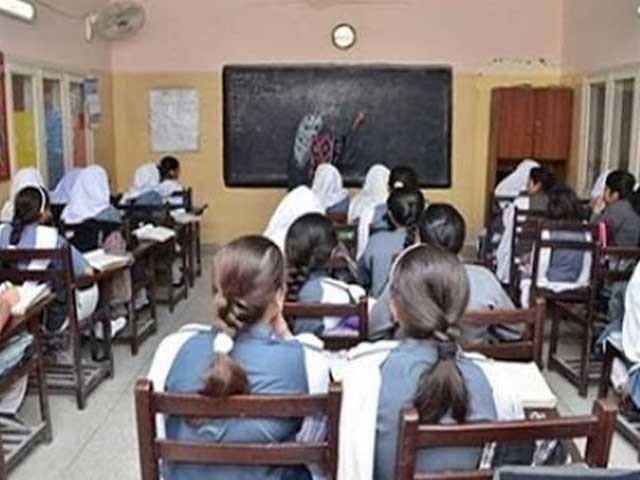 سیکریٹری تعلیم سندھ نے اسکول و کالج کیلیے کورس پڑھانے کا طریقہ کار تیار کرلیا، 2021ء میں تعلیمی سال مئی سے شروع ہوگا (فوٹو: فائل)