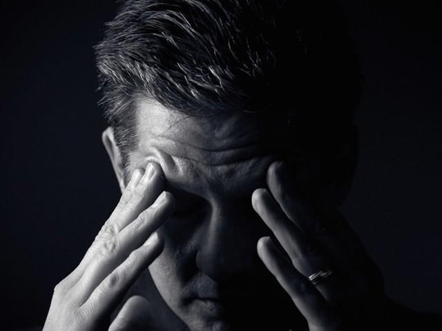 دل کی دھڑکنیں ڈپریشن کی علامات ظاہر ہونے سے پہلے ہی اس کیفیت کا پتا لگا سکتی ہیں۔ (فوٹو: فائل)