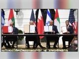 ٹرمپ کی میزبانی میں وائٹ ہاؤس میں بحرین اور یو اے ای کے حکام کا اسرائیل کو تسلیم کرنے کا معاہدہ، شرکا معاہدہ میڈیا کو دکھاتے ہوئے (فوٹو : اے ایف پی)