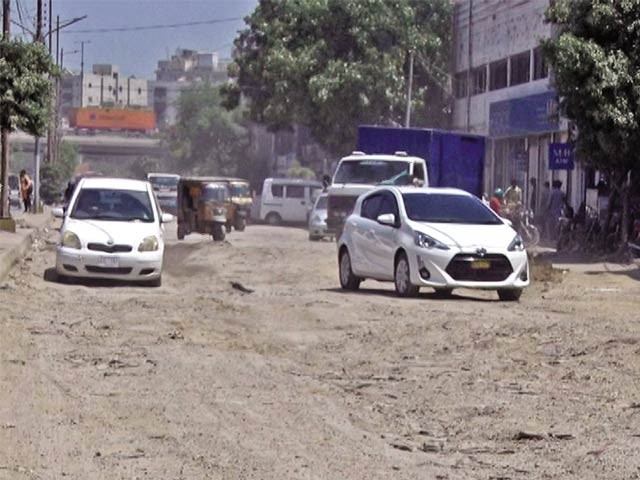 فشریز جانے والی مرکزی سڑک گڑھوں کے باعث موت کا کنواں بن چکی ہے،ٹریفک کی روانی شدید متاثر ہے ۔  فوٹو : ایکسپریس
