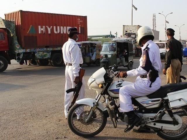 شہریوں نے ٹینکر ڈرائیور کو پکڑ کر ٹریفک اہلکار کے حوالے کیا تھا