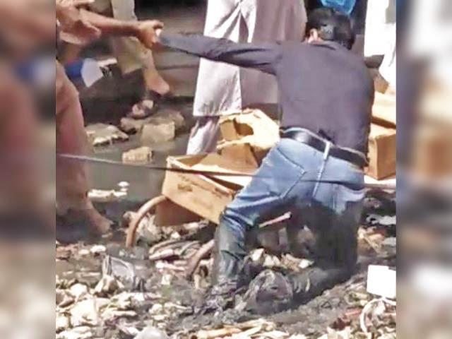 کچرے ، گندگی اور غلاظت کے ڈھیر لگے ہیں،رہی سہی کسر سیوریج کے خراب نظام نے پوری کر دی،سندھ حکومت کے ایڈمنسٹریٹراور انتظامیہ کہاں ہے ؟ شہری ۔  فوٹو : ایکسپریس