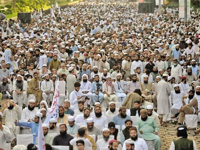اسلام آباد: متحدہ سنی کونسل کے زیراہتمام عظمت صحابہ ؓ مارچ کے شرکا نعرے لگا رہے ہیں ۔  فوٹو : ایکسپریس
