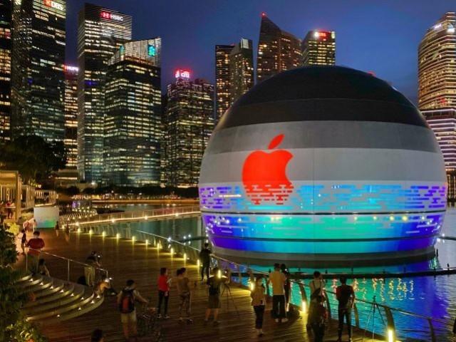 سنگاپور نے ایپل اسمارٹ واچ پہننے والوں کے لئے 280 ڈالر تک انعام کا وعدہ کیا ہے،تصویر میں سنگاپور کا مشہور ایپل اسٹور نمایاں ہے۔ فوٹو: فائل