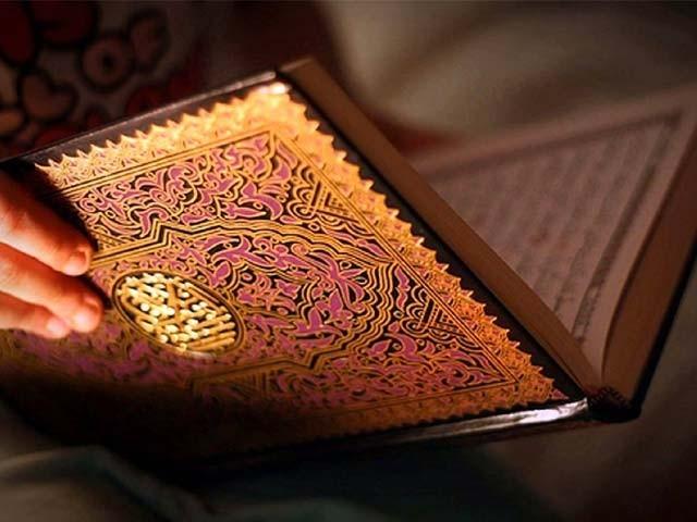 لاہورکے آصف رفیع کا خاندان 3 نسلوں سے قرآن پاک کے قدیم اورشہید نسخوں کی مرمت اور جلد بندی کا کام کر رہا ہے۔  فوٹو : فائل