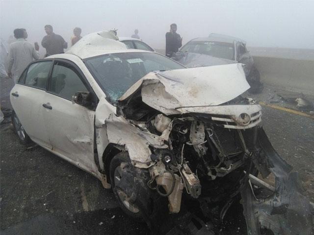 کار میں سوار خاندان لیہ جارہا تھا کہ موٹروے پر ٹریکٹر ٹرالی سے ٹکر ہوگئی ۔ فوٹو : فائل