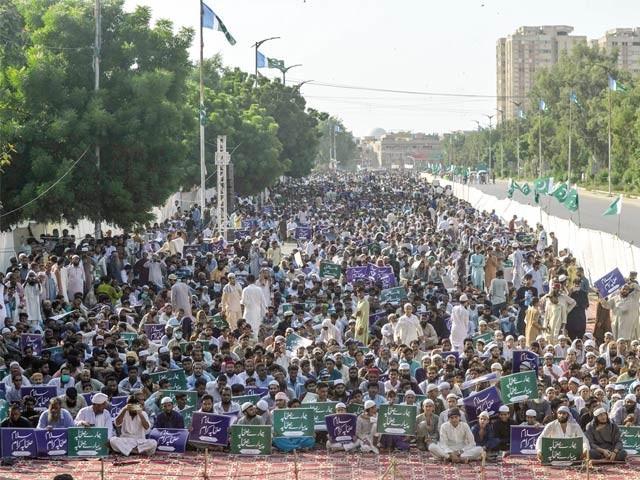 کراچی: اہلحدیث اتحاد کونسل کے تحت عظمت صحابہ ؓ کانفرنس کے شرکا نعرے لگا رہے ہیں ۔  فوٹو : ایکسپریس