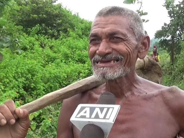 لوگی بھویان نے مسلسل 30 سال تک تنِ تنہا تین کلومیٹر طویل نہر کھودی ہے۔ فوٹو: فائل