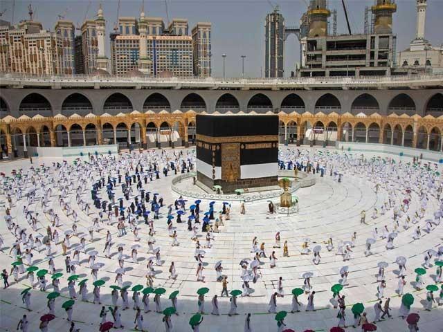 نومبر میں سعودی عرب کے باہر سے آنے والے زائرین کو بھی عمرے کی اجازت دے دی جائے گی(فوٹو، فائل)