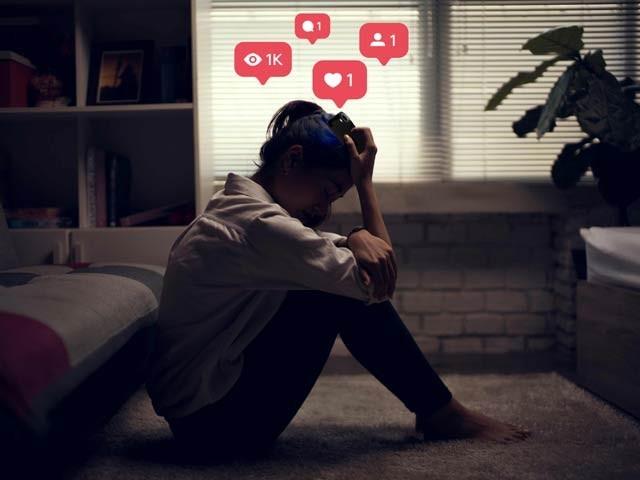 نوعمر لڑکے اور لڑکیاں لائکس نہ ملنے پر اداسی اور ذہنی تناؤ کی شکار ہوجاتی ہیں۔ فوٹو: فائل