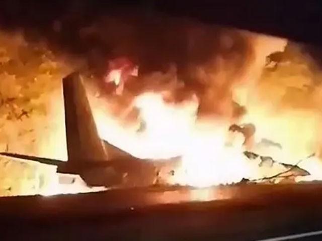 حادثے کے بعد سوشل میڈیا پر آنے والی ویڈیو میں تباہ شدہ طیارے سے شعلے بلند ہوتے نظر آرہے ہیں(فوٹو، ٹوئٹر)