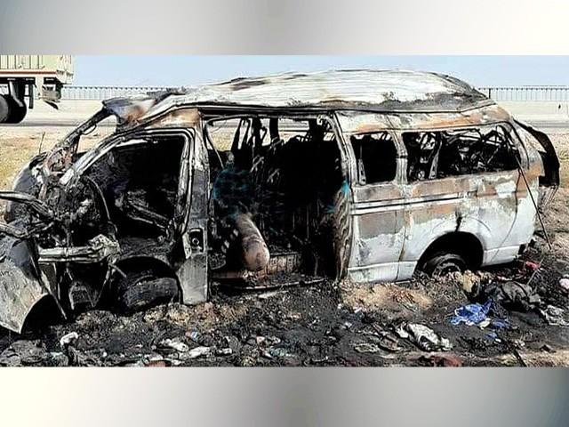 جلنے والی وین تاحال جائے حادثہ پر موجود ہے، مرنے والوں میں 9 خواتین، ایک بچی، ایک بچہ اور 5 مرد شامل ہیں (فوٹو : این این آئی)