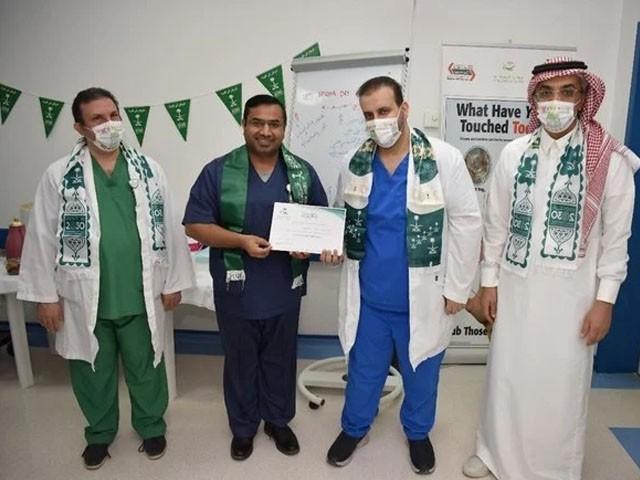 ڈاکٹر شہزاد  کنگ سلمان اسپتال میں کورونا سے شرح اموات کو صفر تک لا کر پہلا گرین میڈیکل سینٹر بنانے میں کامیاب رہے، فوٹو : ڈاکٹر شہزاد