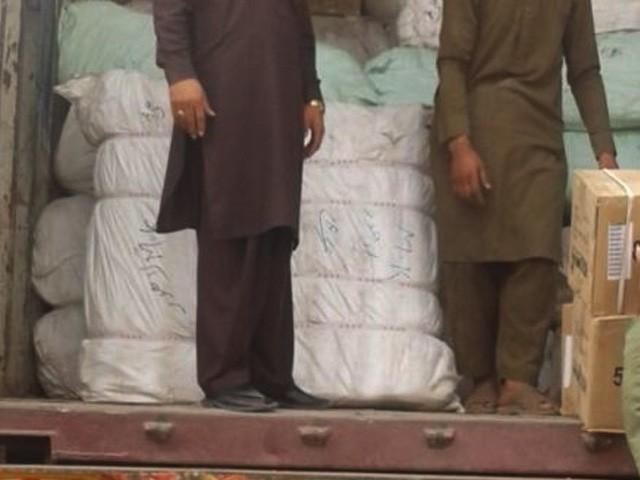 چھاپوں کے دوران 6 کنٹینروں میں 45 ہزار کلو گرام اسمگل شدہ اعلی کوالٹی کا غیر ملکی کپڑا برآمد ہوا ہے (فوٹو : فائل)