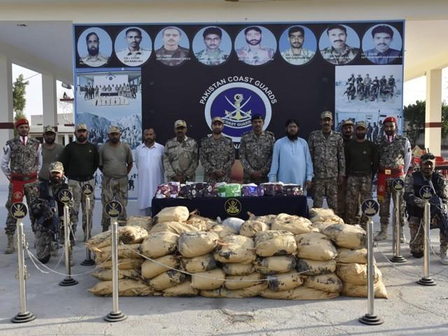 خدشہ ہے کہ منشیات بیرون ملک اسمگل ہونی تھی، پکڑی گئی منشیات کی مالیت کروڑوں روپے ہے (فوٹو : پاکستان کوسٹ گارڈز)