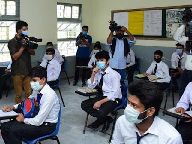 طویل چھٹیوں کے بعد اسکول آنے پر چند بچے انتہائی خوش تو چند افسردہ دکھائی دیے: فوٹو: فائل