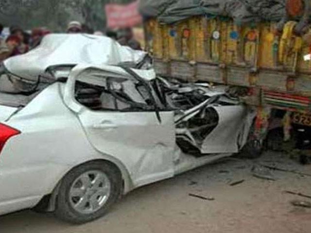 حادثہ تیز رفتاری کے باعث پیش آیا، تیز رفتار ٹرالر کا ٹائر پھٹنے سے ٹرالر کار کے اوپرالٹ گیا، ریسکیو اہلکار۔ فوٹو : فائل