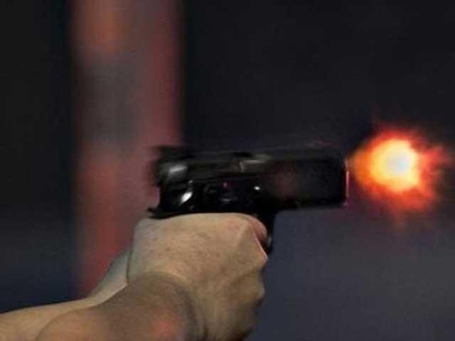 کار میں موجود 3 مسلح ملزمان باہر نکل کر پولیس پر براہ راست فائرنگ کرتے ہیں۔فوٹو:فائل