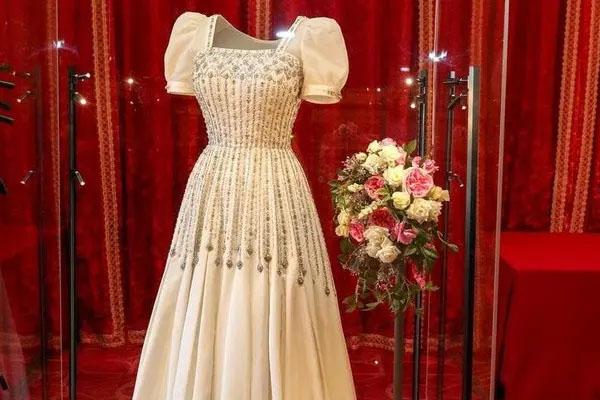 Queen Elzebath dress 1