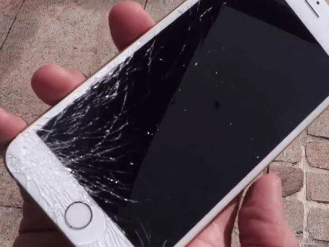 ایپل والے فولڈ ایبل فون کے ڈسپلے پر خاص طور پر مٹھیریئل لگانے کا پیٹنٹس حاصل کرتے ہیں جس کے تحت فون چٹخانے پر ازخود ٹھیک کام ہوتا ہے۔  فوٹو: فائل