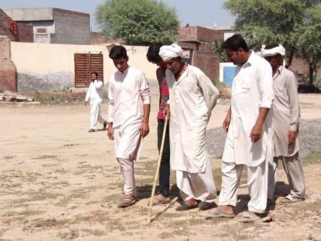 پاؤں کے نشانات کی مدد سے ملزم تک پہنچانا آسان کام نہیں ہے ، فوٹو: ظہور احمد