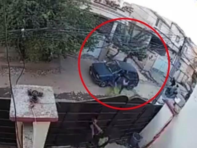ڈکیتی کے دوران خاتون کے زخمی ہونے کی سی سی ٹی وی فوٹیج ایکسپریس نے حاصل کرلی(فوٹو، اسکرین شاٹ)